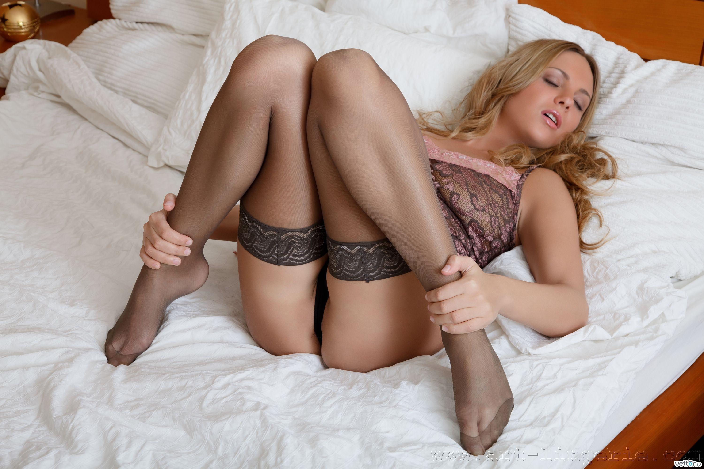 Секс в постели в колготках