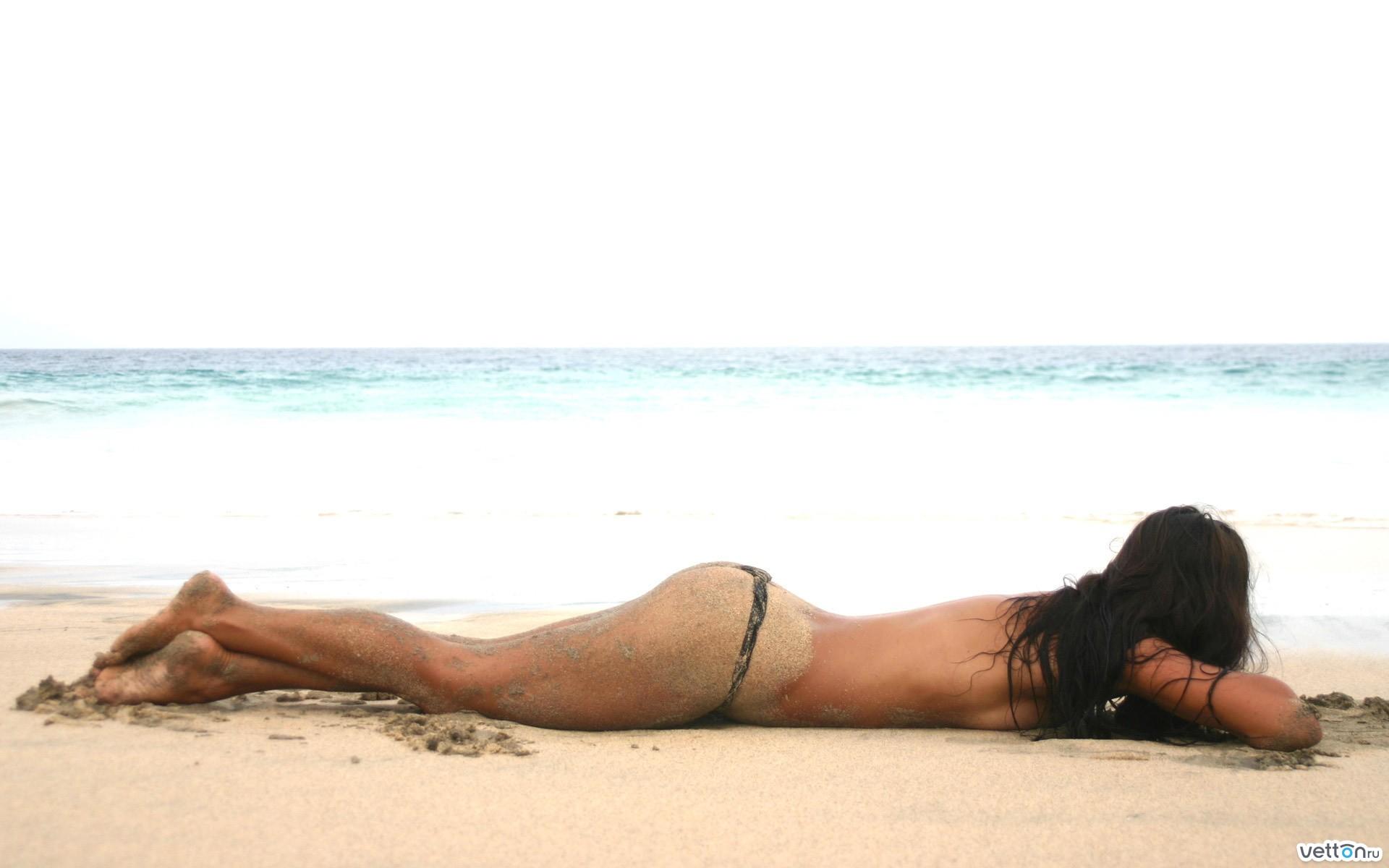 Голые на пляже девушки красивые акробатика этом