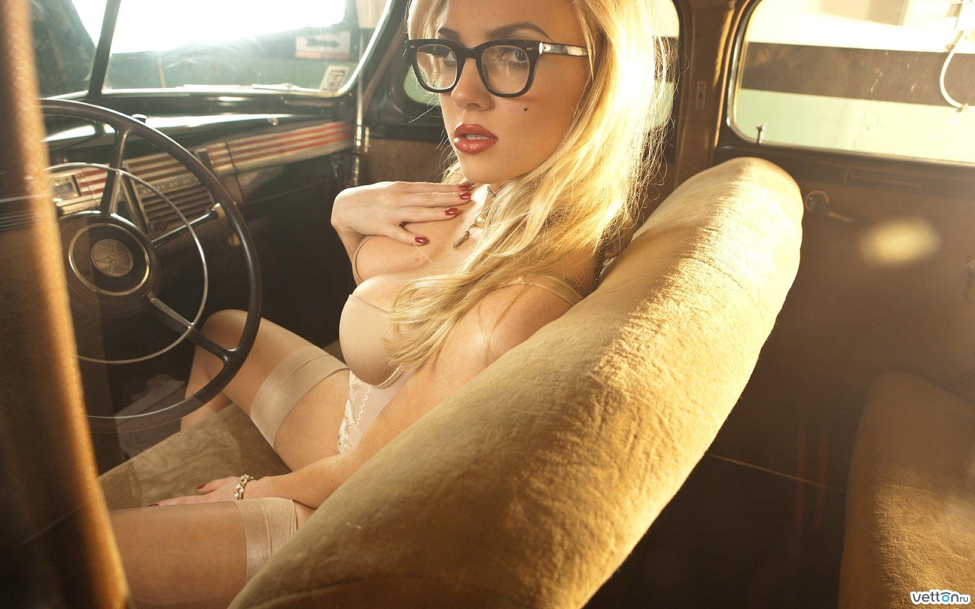 Эротичные девушки за рулём 6 фотография
