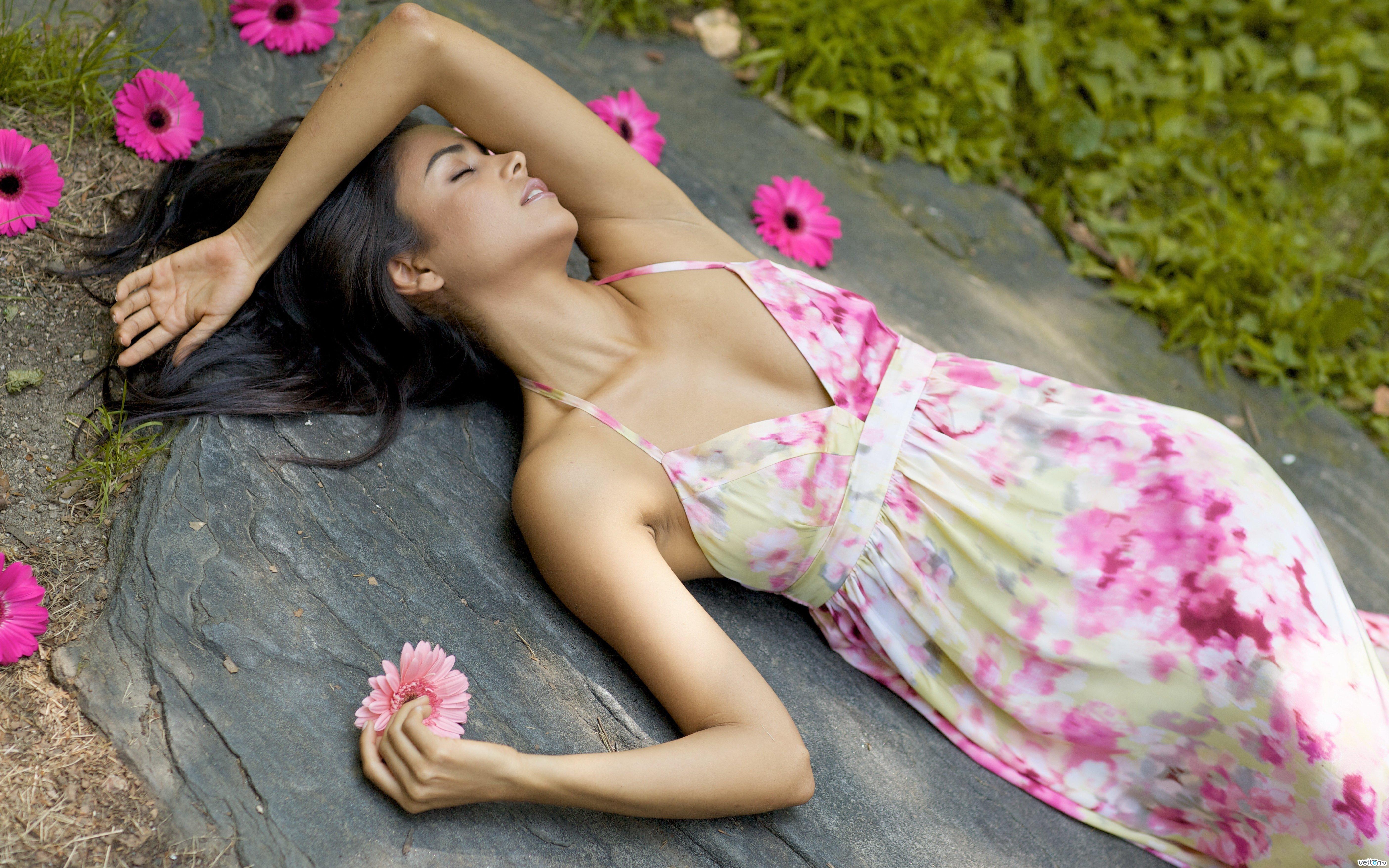 Фото красивой девушки брюнетки в цветах 8 фотография