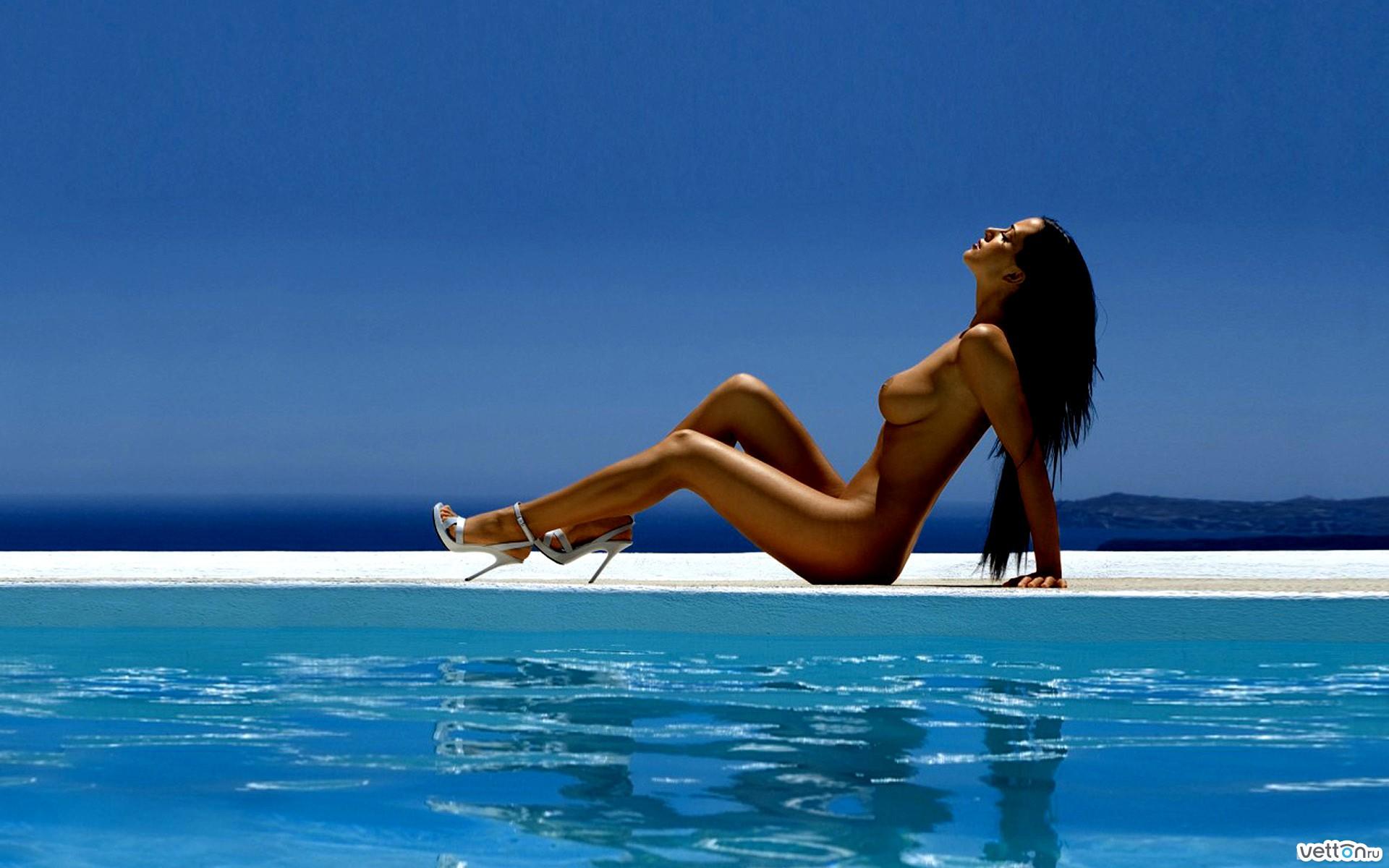 Фото очень красивой девушки у бассейна 18 фотография