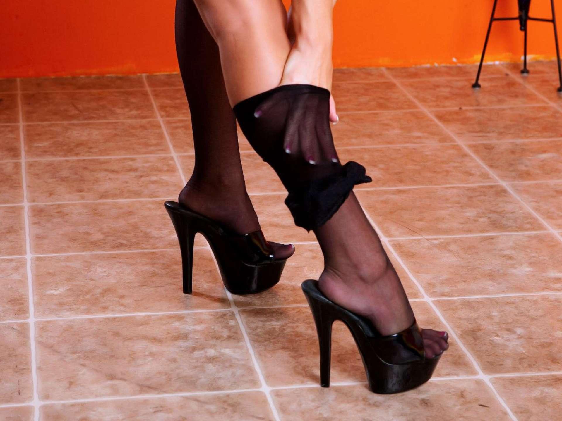 Смотреть бесплатно чулки каблуки ножки 5 фотография
