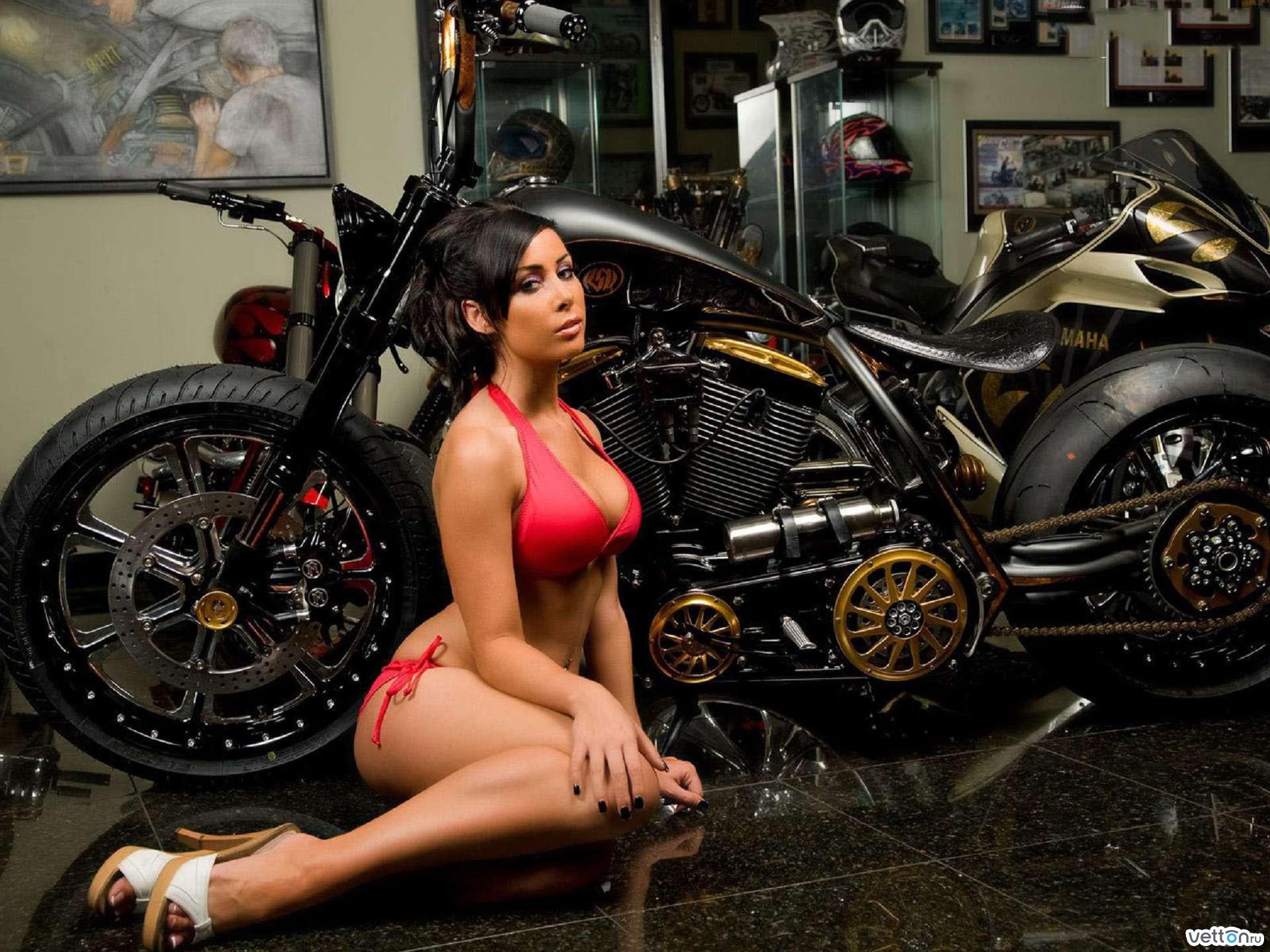 Секс в гараже на мотоцикле 9 фотография