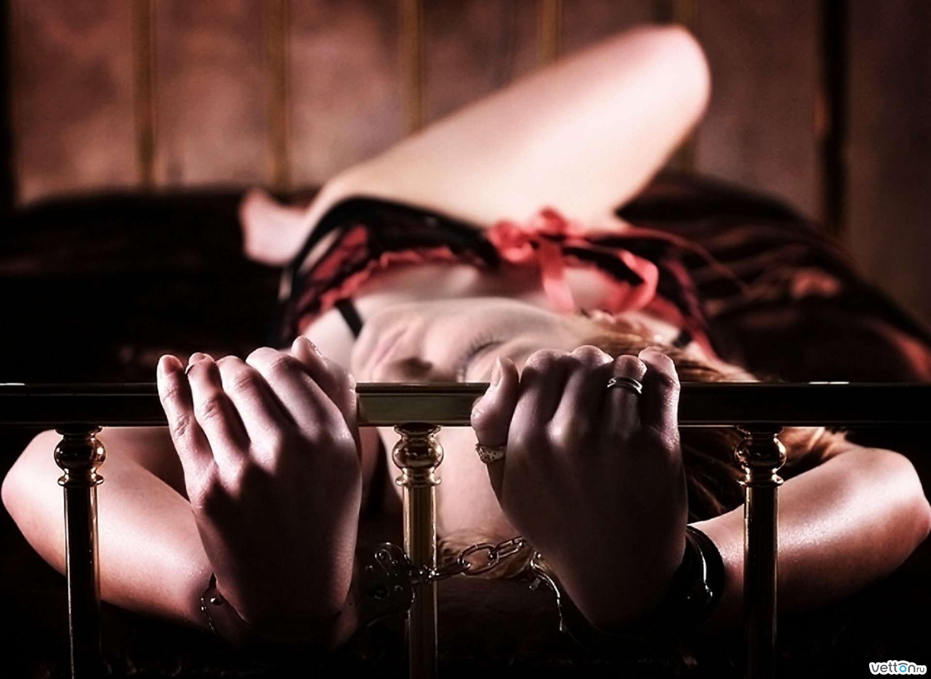 Секс на кровати прикована в цепях 12 фотография